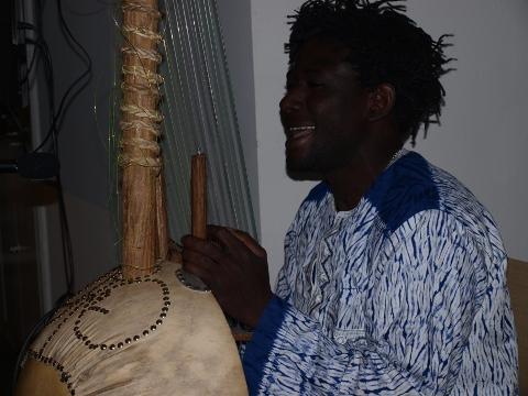 LaminLamine Susso Kouyaté (Frankfurt/Gambia) hat sein Instrument selbst gebaut.